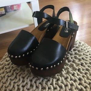 L'INTERVALLE BRAND NEW CLOGS
